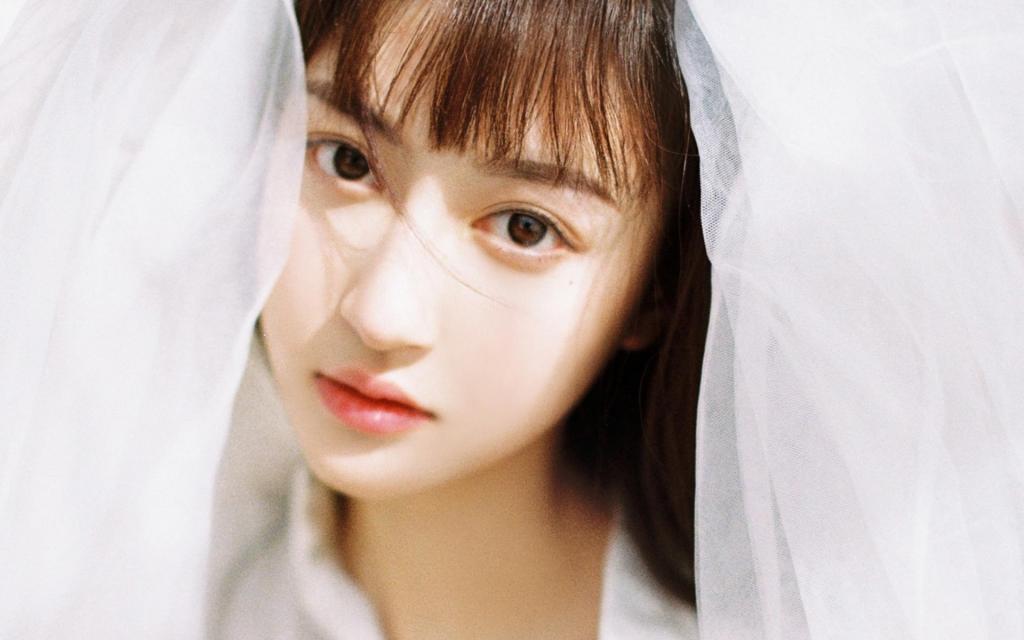 气质美女白色连衣裙美丽动人写真