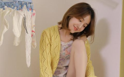 黄色毛衣少女甜美气质私房写真
