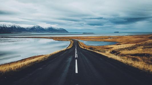 一眼望不到尽头的公路