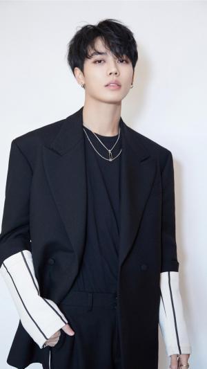 林彦俊黑色西装时尚帅气个人写真