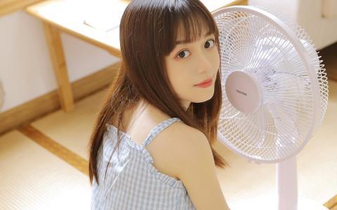 齐刘海元气可爱美女居家写真