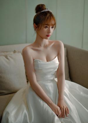 虞书欣白色抹胸长裙写真