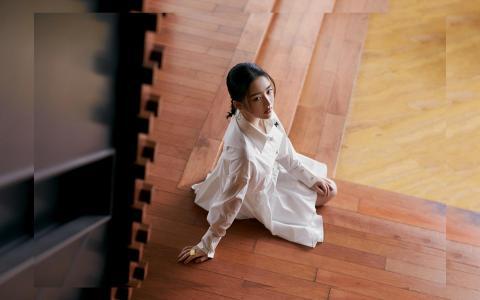 邓恩熙优雅白色连衣裙个人写真