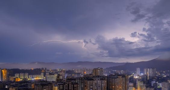 城市空中的闪电