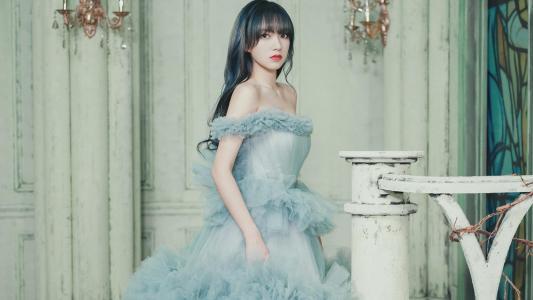 程潇蓝色蛋糕裙性感迷人写真