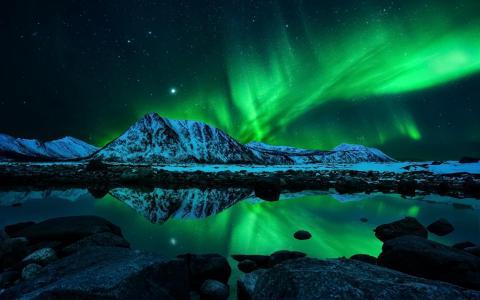 十分罕见的北极光束美景