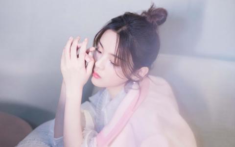 杨超越粉色浪漫气质迷人写真