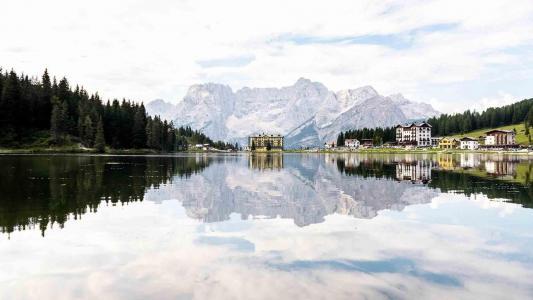 清澈无暇的湖水