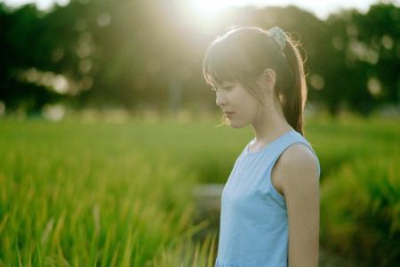 田野中的漂亮女孩