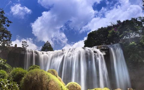 美丽壮观的瀑布风光
